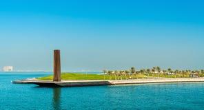 Stålobelisk i Mia Park på museet av islamisk konst i Doha, Qatar Royaltyfri Fotografi
