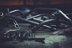Stålröret och hjälpmedel stänger sig upp på en arbetsyttersida i en metallarbetetillverkning Royaltyfria Foton