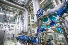 Stålrörledningar och ventiler mjölkar på fabriken royaltyfria foton