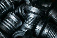 Stålrullar är mellanrum som produceras på en drejbänk från stål och gjutjärn Många av de samma delarna passade in i fabriksgolvet fotografering för bildbyråer