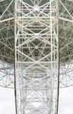 Stålsätta galler på baksida av ett radioteleskop Arkivfoton