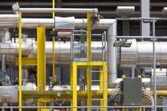 Stålsätta rörledningar och kablar av den industriella kraftverket som är industriella Fotografering för Bildbyråer