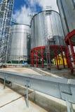 Stålsätta silor som installeras på en kraftig metallstruktur Royaltyfria Foton