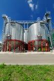 Stålsätta silor som installeras på en kraftig metallstruktur Arkivbilder