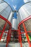 Stålsätta silor som installeras på en kraftig metallstruktur Arkivfoton