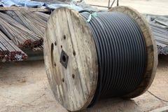 Stålsätta stänger och järntråd i rulle på konstruktionsplats arkivfoton