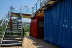Stålsätta trappan med glassed balustrader av dengjorda buildien royaltyfri foto