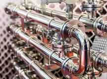 Stålsätta vattenrörledningen, metallmonteringar, closeup arkivfoton