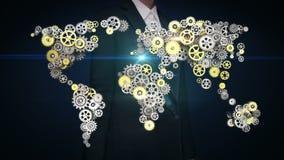 Stålsätter den rörande skärmen för affärskvinnan, guld- kugghjul som gör den globala världskartan globalt förbind teknologi 2 stock video