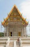 Stålställning runt om thai tempelkonstruktion arkivfoto