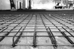 Stålstång under fyllning av konkreta golv royaltyfri foto
