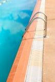 Stålstege av simbassängen Arkivbild