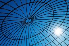 Stålstrålar med solfacklan Arkivfoton