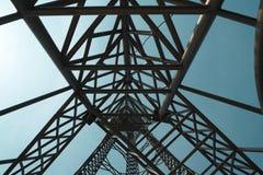 Stålstruktur av tornet på hög bakgrund för blå himmel som så är högväxt och Arkivbild