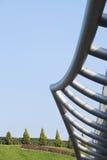 Stålstrukturen med gräsplan parkerar Arkivfoto