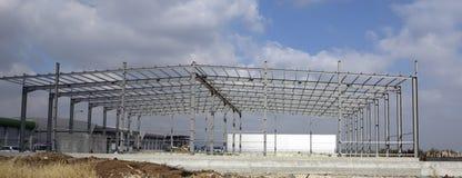 Stålstrukturer av industribyggnad Royaltyfria Bilder