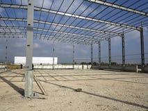 Stålstrukturer av industribyggnad Arkivfoton