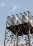 Stålvattenbehållare på metalltornet arkivfoto
