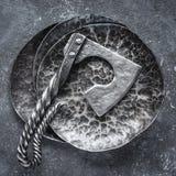 Stålyxa på metall texturerade plattor Royaltyfria Bilder