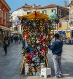 Stånd i Venedig som säljer Venetian maskeringar bland andra souvenir Arkivfoto
