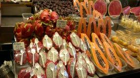 Stånd med exotiska tropiska frukter och grönsaker arkivfoto