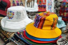Stånd med färgrika infödda hattar Royaltyfri Foto