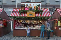 Stånd med julpynt i Nuremberg, Tyskland arkivfoto