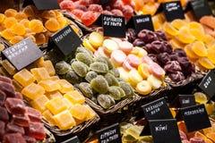 Stånd mycket av candys i den LaBoqueria marknaden. Barcelona. Catalonia. Royaltyfri Foto