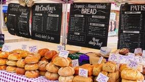 Stånd som säljer handgjort organiskt bröd arkivbild