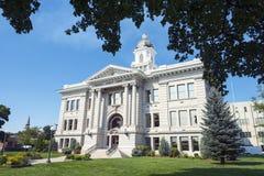 Ståndsmässig domstolsbyggnad i Missoula, Montana Framed vid träd Royaltyfri Fotografi