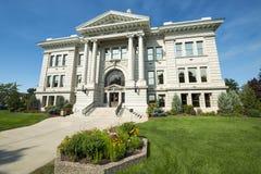Ståndsmässig domstolsbyggnad i Missoula, Montana med blommor Arkivfoton