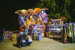 Ståndsmässig mässa på natten, lekar på nöjesgatan Royaltyfria Bilder