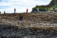STÅNDSMÄSSIGA ANTRIM, NORDLIGA - Irland - AUGUSTI 27, 2017: Grupp av turister som undersöker den jätte- vägbanken för ` s Royaltyfria Bilder