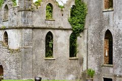STÅNDSMÄSSIGA OFFALY, IRLAND - AUGUSTI 23, 2017: Hoppa slotten är en av de mest spökade slottarna i Irland Fotografering för Bildbyråer