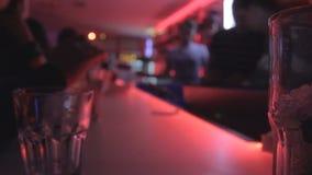 Stång & alkohol i nattklubb stock video