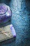 Stång av dengjorda tvålkruset med parfymerat hav-salt på svart backgro royaltyfri fotografi