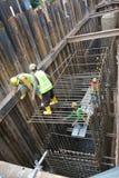 Stång för förstärkning för höglock som fabriceras av arbetare på konstruktionsplatsen Royaltyfria Bilder