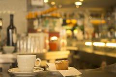 Stång för kafé för restaurang för för kaffeespressokopp och kaka Royaltyfri Fotografi