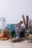 Stång för räknare för tabellöverkant med kökware, timjan, apelsinskal, kakor, livsmedelsbutik, vit bakgrund Fotografering för Bildbyråer