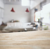 Stång för räknare för tabellöverkant med suddig kökbakgrund Royaltyfri Fotografi