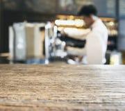 Stång för tabellöverkant med suddiga Barista i restaurangkafé royaltyfri bild