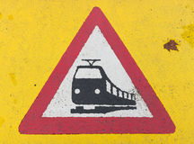 Stång för trafiktecken som korsar nära spårvagnstopp i cityfrankf Royaltyfri Fotografi