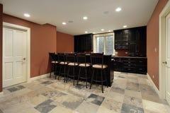 Stång i källare med mörk wood cabinetry fotografering för bildbyråer