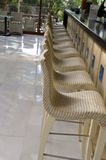 Stång med vita stolar Fotografering för Bildbyråer