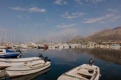 Stång Montenegro - November 31, 2018 fiskebåtar på bakgrunden av berg och yachter på den Adriatiska havet kusten - bild arkivbild