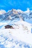 Stång på den mellersta stationen av kabelbilen Telepherique Aiguille du Midi och bergpanorama Chamonix, Frankrike Royaltyfria Foton