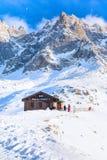 Stång på den mellersta stationen av kabelbilen Telepherique Aiguille du Midi och bergpanorama Chamonix, Frankrike Royaltyfria Bilder