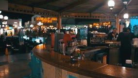 Stång på den Soho fyrkanten på natten i Sharm el Sheikh, Egypten lager videofilmer