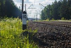 Stång på järnvägsspår på bakgrund av naturlig landskapsommar Royaltyfria Foton