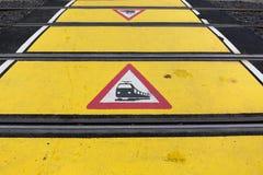 Stång som korsar nära spårvagnstopp i cityfrankfurterkorv Fotografering för Bildbyråer